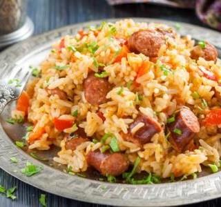 Rýže s kuřecím masem a klobásou