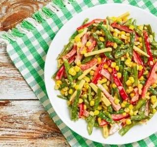 Salát s kukuřicí, fazolkami a rajčetem