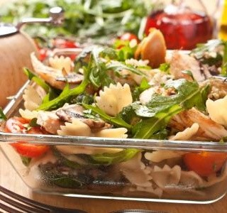 Salát s těstovinami a masem