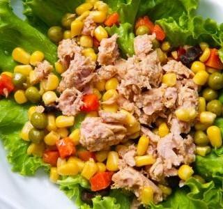 Salát s tuňákem, bylinkami a sladkou kukuřicí