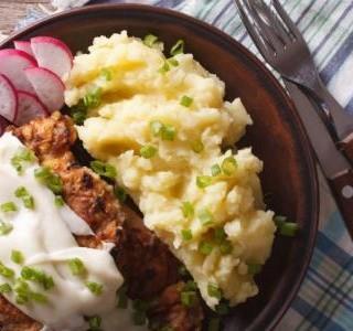 Smažené kuřecí  řízky s pikantní  omáčkou