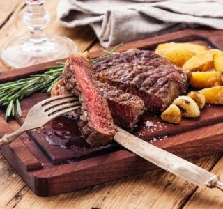 Steak s pečenými brambory