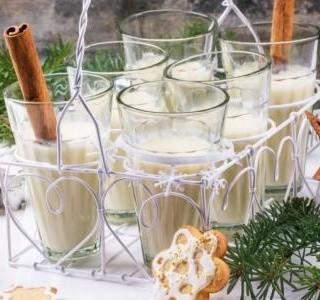 Vánoční vaječný koktejl