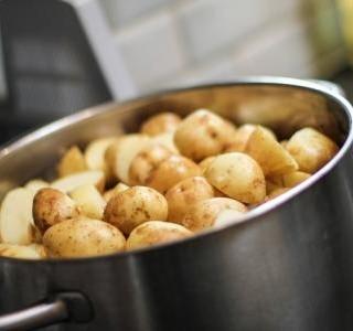 Vařené brambory s brynzou