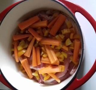 Vepřová pečeně s mrkví a paprikou