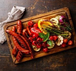 Vepřové klobásky na zelenině