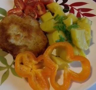 Vepřový řízek s  bramborami a zeleninovou oblohou
