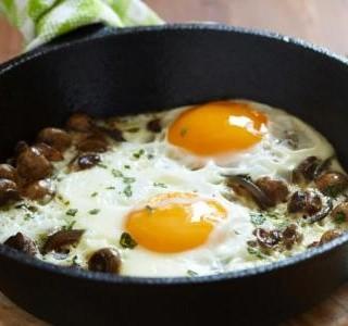 Zapečená vejce se špenátem, houbami a pórkem