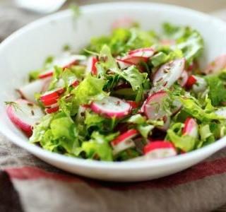 Zelený salát s ředkvičkami