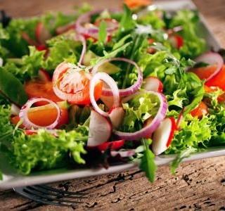 Zeleninový salát s cibulovými kroužky
