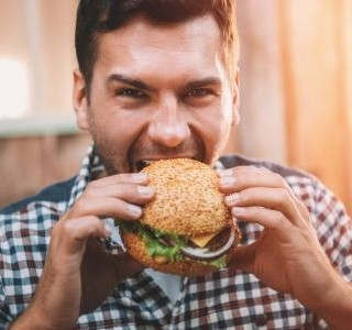 Květen je měsícem hamburgerů. Vyzkoušejte jejich masovou i vegetariánskou variantu!